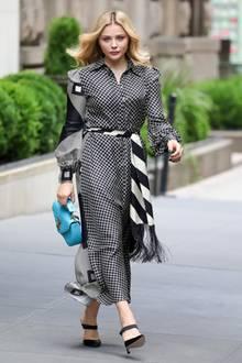 Allein das karierteHemdkleid von Chloë Grace Moretz ist durch das Muster ein absoluter Hingucker. Mit der Handtasche von Louis Vuitton wird der Look jedoch zum Mega-Highlight.