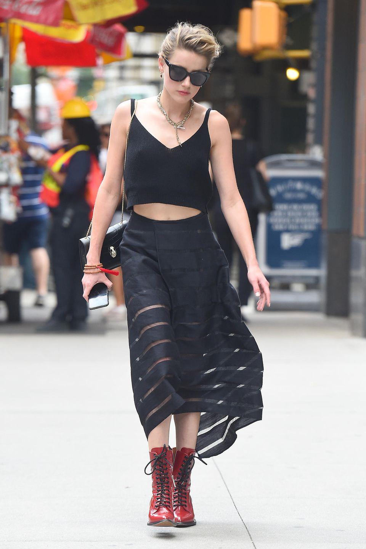Die Stiefelletten von Chloé, die Amber Heard trägt, verleihen ihrem Look den edgy Touch, der dem punkigen Look gerecht wird.