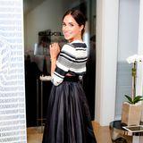 Beim Besuch der New Yorker Fashion Week im September 2014 bezaubert Meghan im süßen Schwarz-Weiß-Look. Der kleine Blick auf ihre freie Taille ist jetzt aber ein absolutes No-Go.