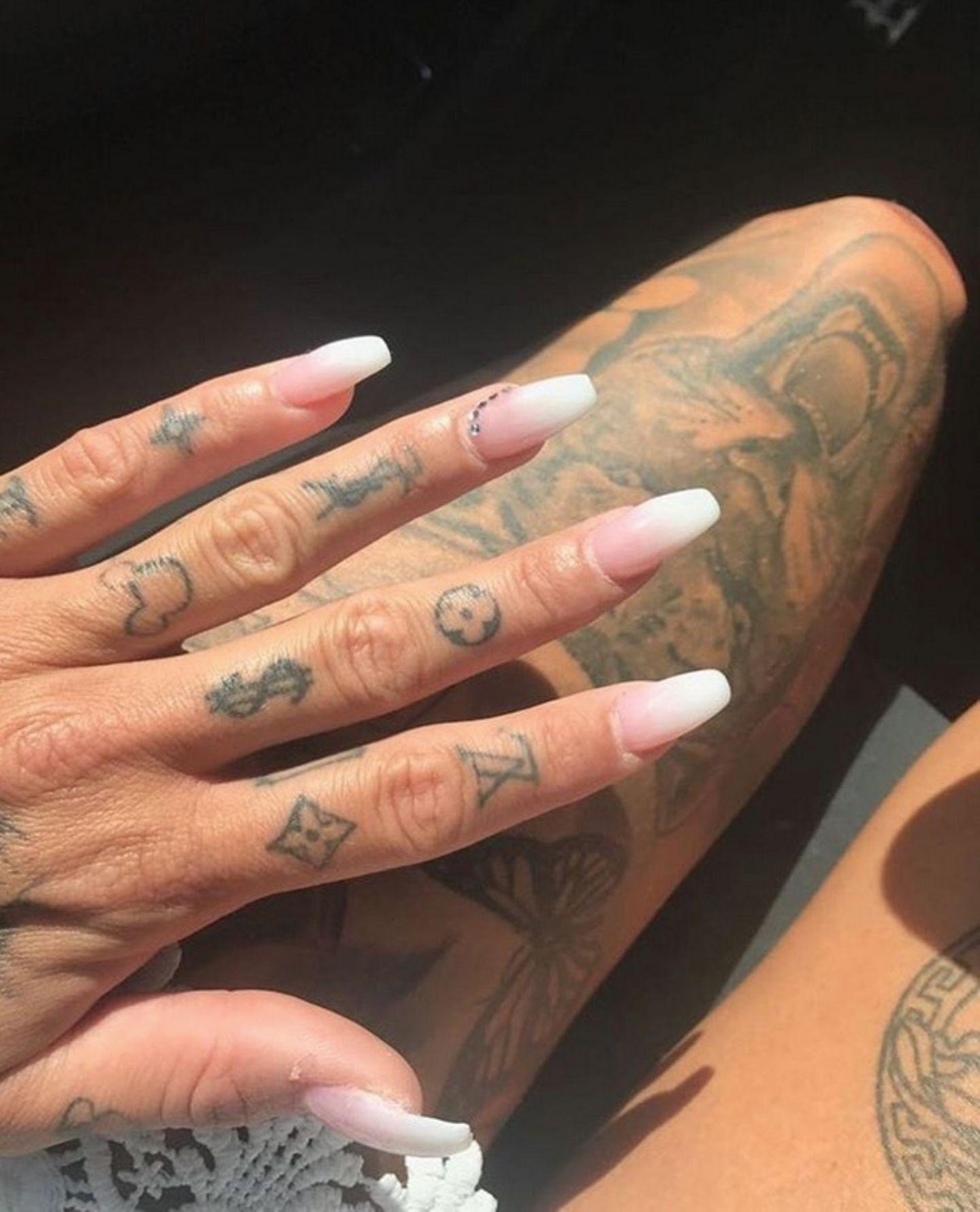 Welcher Star könnte diese Tattoos von Marken wie Chanel und Co.an den Fingern haben? Richtig, es ist Gina Lisa Lohfink.