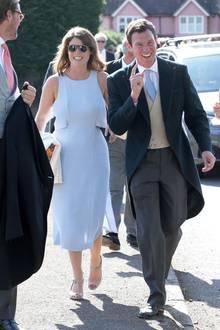 Das Liebesglück lässt Prinzessin Eugenie und ihren Verlobten Jack Brooksbankstrahlen. Auf der Hochzeitvon Charlie Van Straubenzee und Daisy Jenks in Churt Surrey, auf der Herzogin Meghan und Prinz Harry ebenfalls zu Gast waren, bezaubert Eugenie zudem durch ihrhimmelblauesCut-Out-Kleid.