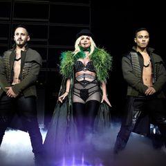 """Beim Eröffnungskonzert ihrer """"Pieceof me""""-Sommertour in Maryland zieht Superstar Britney Spears in diesem sexy Bühnenlook alle Blicke auf sich. Das freizügige Kostüm gewährt einen Blick auf ihren durchtrainierten Body. Mit diesem Outfit beweist die Sängerin auf der Bühne beinahe mehr Stilbewusstsein, als im Alltag ..."""