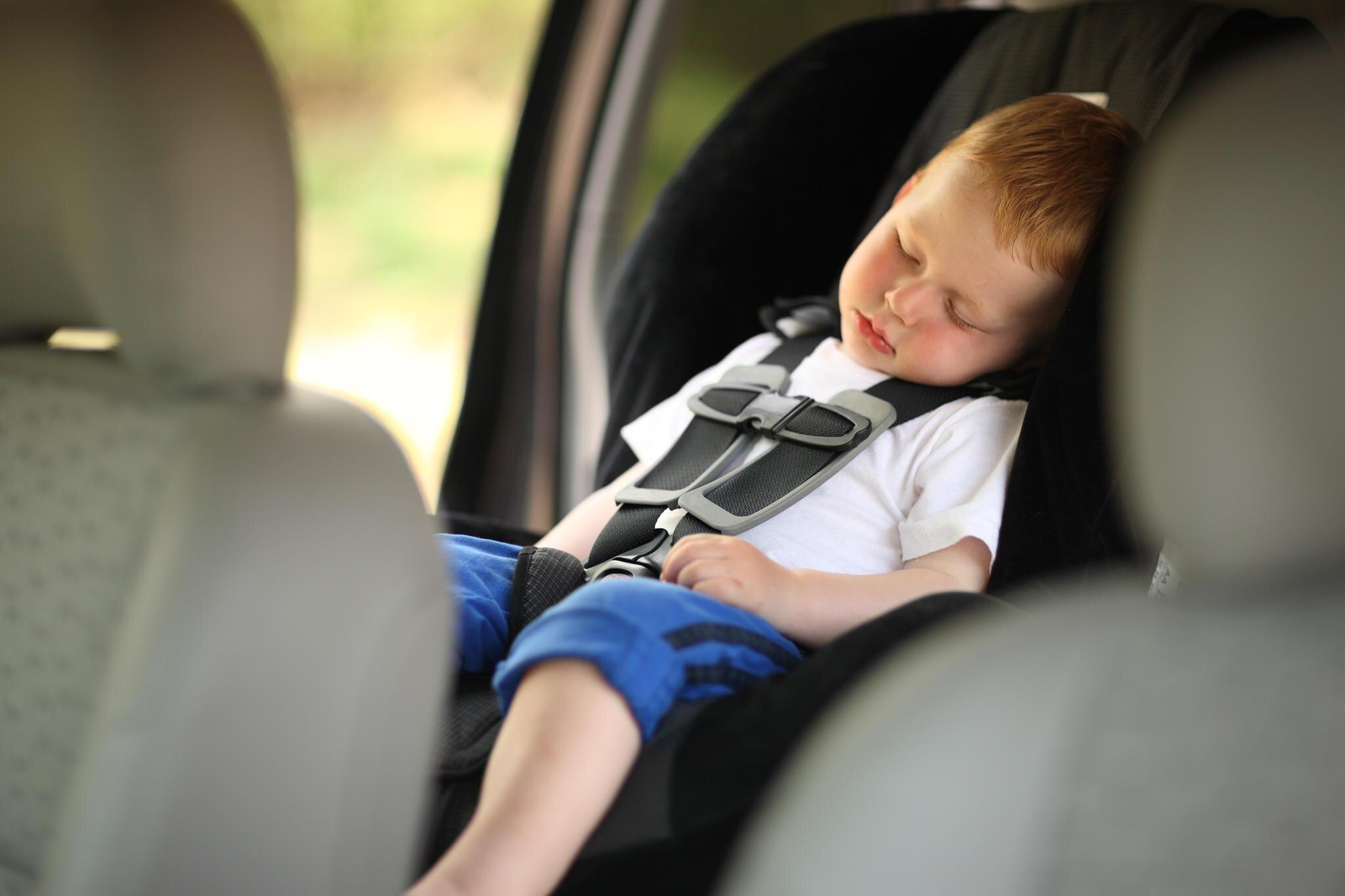 Junge schläft im Auto (Symbolbild)