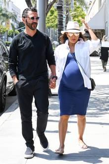 Knapp 2 Wochen vor der Geburt schlendert Eva Longoria mit ihrem Mann Jose und kugelrundem Babybauch noch ganz gemütlich durch Beverly Hills.