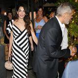 Dieses schwarz-weiß-gestreifte Sommerkleid von Amal Clooney würden wir ihr am Liebsten sofort vom Leib reißen. Das hübsche Midi-Kleid stammt von Michelle Mason und ist aktuell sogar im Sale zu bekommen (504 statt 845 Euro). Dazu kombiniert die Frau von George Clooney beigefarbene Accessoires und lange, schwarze Ohrringe.