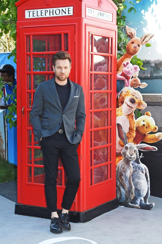 """5. August 2018  Lässig an die Kulisse auf dem Red Carpet gelehnt,gibt sich Ewan McGregor bei der Europa-Premiere des Films """"Christopher Robin"""" in London. McGregor spielt in dem Fantasyfilm die Hauptrolle."""