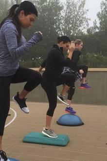 Don ist oft nämlich auch mit den Kardashians unterwegs. Und zwar mit allen drei Schwestern. Er trainiert sie in der Gruppe, aber auch einzeln und setzt dabei vor allem auf ein Training, das ihre Sanduhr-Silhouette besonders hervorhebt.