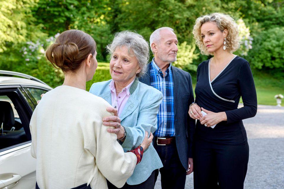 Alfons (Sepp Schauer, 2.v.r.), Hildegard (Antje Hagen, 2.v.l.) und Natascha (Melanie Wiegmann, r.) verabschieden sich schweren Herzens von Melli (Bojana Golenac, l.)