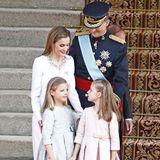 Prinzessinnen in Pastell: Letizia und ihre zwei Süßen bezaubern bei der Krönung von Papa Felipe im Juni 2014 im royalen Partnerlook.