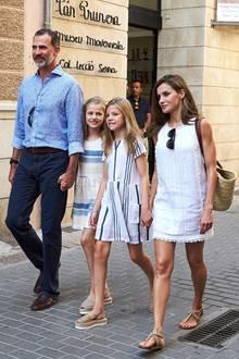 Bei ihrem Stadtbummel durch Palma 2017 war die Länge der sommerlichen Baumwollkleider vonLetizia, Leonor und Sofia perfekt aufeinander abgestimmt.