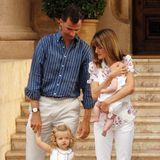Gerade ein paar Wochen ist Prinzessin Sofia alt, als Letizia sich und ihre zwei Prinzessinnen im weiß-floralen Partnerlook vor dem Marivent-Palast auf Mallorca präsentiert.
