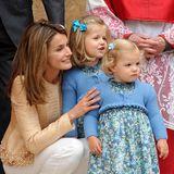 Im floralen Partnerlook sehen Prinzessin Sofia und Leonor bei der Ostermesse 2009 wirklich zum Knuddeln aus. Und Mama Letizia nimmt das Karamell der kleinen Ballerinas in ihrem Outfit wieder auf.