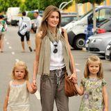 """Königlicher Mutter-Töchter-Style in Khaki: So süß präsentierten sich die drei beim """"Copa del Rey""""-Segelcup im August 2010."""