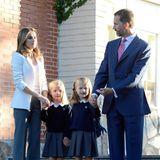 Für den Schulbeginn im September 2012 hat sich Königin Letizia eine graue Hose zum weißen Blazer ausgesucht, und die passt gut zu den süßen Schuluniformen der Prinzessinnen.