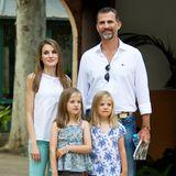In Türkis-, Blau-und Lilatönen sehen Letizia und ihre Töchter im Sommerurlaub 2013 ganz entspannt aus.
