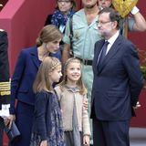 Dunkelblau, Grau und Beige ist die Letizias, Leonors und Sofias königliche Farbkombi für den spanischen Nationalfeiertag im Oktober 2015.