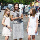 Königin Letizia hat schon immer darauf geachtet, dass ihre Töchter angemessen royale, aber nicht zu übertrieben prinzessinnenhafte Outfits tragen.Bei gemeinsamen Auftritten über die Jahre lässt sich auch beobachten, dass die Looks von allen dreien farblich oder von den Mustern her immer schön aufeinander abgestimmt sind, wie hier beim Copa del Rey Mapfre Segel-Cup auf Mallorca.