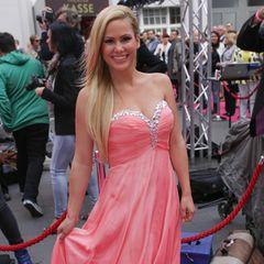 """Beim """"Bachelor"""" wird Angelina Heger als Barbie-Girl bekannt. Mit blondem Haar und pinken Kleidern unterstreicht sie ihr Image rund um die weibliche Silhouette."""