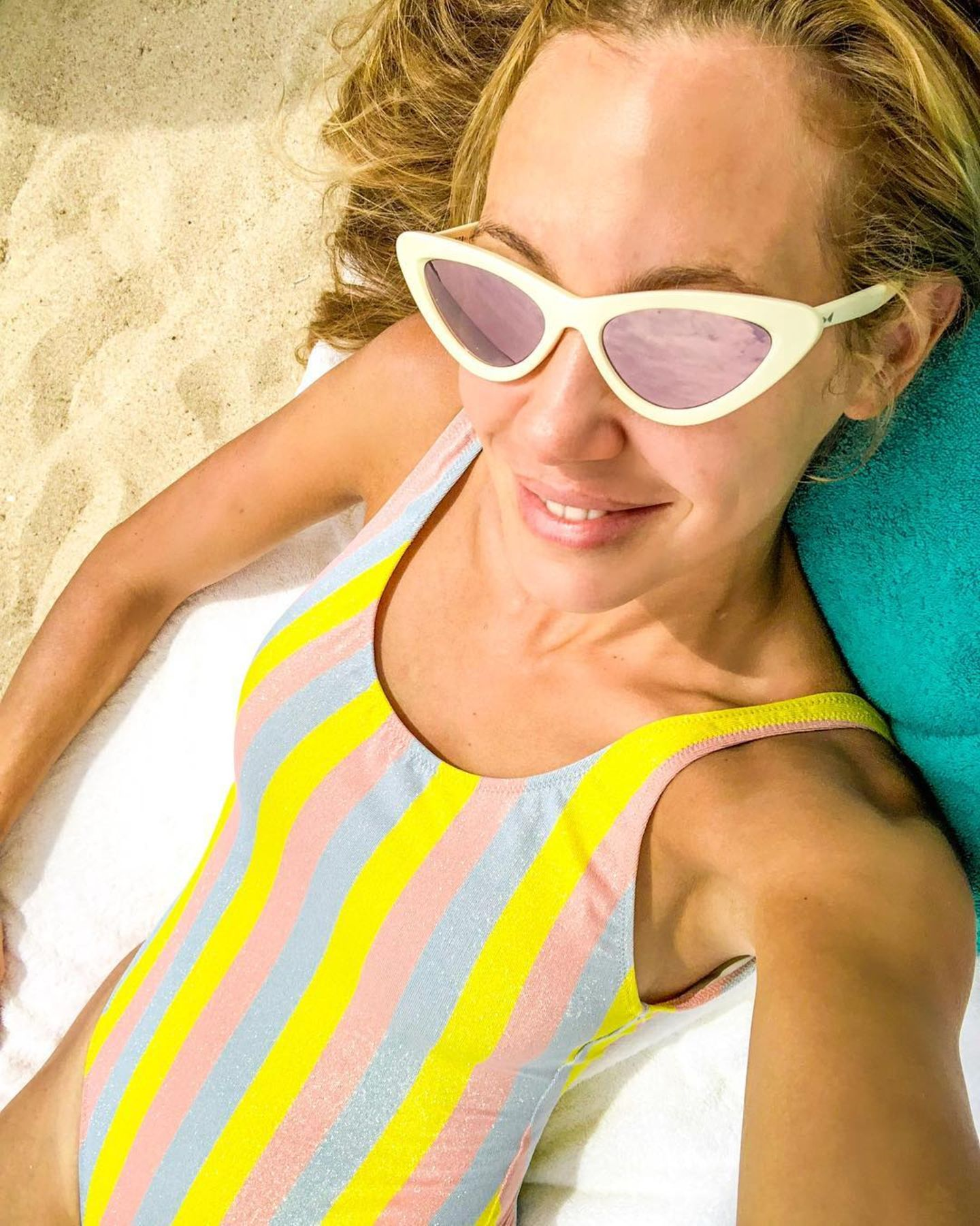 Das Model Alessandra Meyer-Wölden liegt nicht nur mit ihrer sexy Cat-Eye-Sonnenbrille voll im Trend. Auch ihrstylischer Badeanzug in Streifen-Optik zählt zu den Sommer-It-Pieces 2018. Alles richtig gemacht, Sandy!