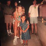 Blake Lively teilt dieses Foto mit ihren Fans auf Instagram: Es zeigt sie bei einem Spice-Girls-Konzert im Jahr 1997, wo sie mit einem Fan posiert. Es handelt sich hierbei jedoch nicht um eine ihrer eigenen Fans, sondern um ein Mädchen, das sie fälschlicherweise für Emma Bunton hält. Bei ihrem Outfit kein Wunder: In XXL-Plateau-Stiefeln, mit Jeansrock und Zöpfchen verkörpert Blake sie perfekt!
