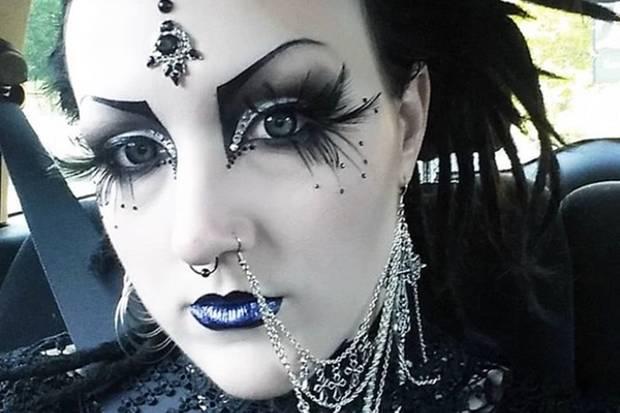 """Unter dem Namen """"glammybat"""" (dt. glamouröse Fledermaus) teilt Stephie auf ihrem Instagram-Kanal Fotos von ihren Make-up- und Fashion-Looks im Goth-Style."""