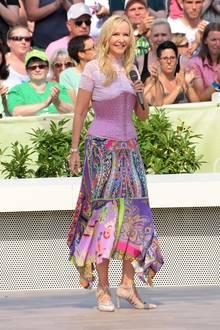 Dieser Look von Schlagerstar Kristina Bach ist eine absolute Modesünde. Zum gemusterten Midi-Rock kombiniert sie ein rosafarbenes Spitzen-Oberteil und eine mit Steinchen besetzte Korsage. Was hat sie sich dabei bloß gedacht?