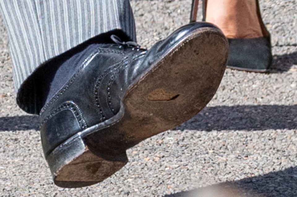 Unter den schwarzen Budapester Schuhen von Prinz Harry ist deutlich ein kleines Loch in der Sohle zu erkennen.