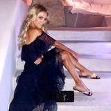 Auch dieses Outfit ist ganz nach Sylvies Geschmack: das Spitzenkleid mit Carmenausschnitt in Nachtblau kombiniert die Moderatorin mit extravaganten Glitzer-Pantoletten und einer Glitzer-Clutch von Yves Saint Laurent. Betonte Augen und sexy Beachwaves runden ihren heißen Abend-Look ab.