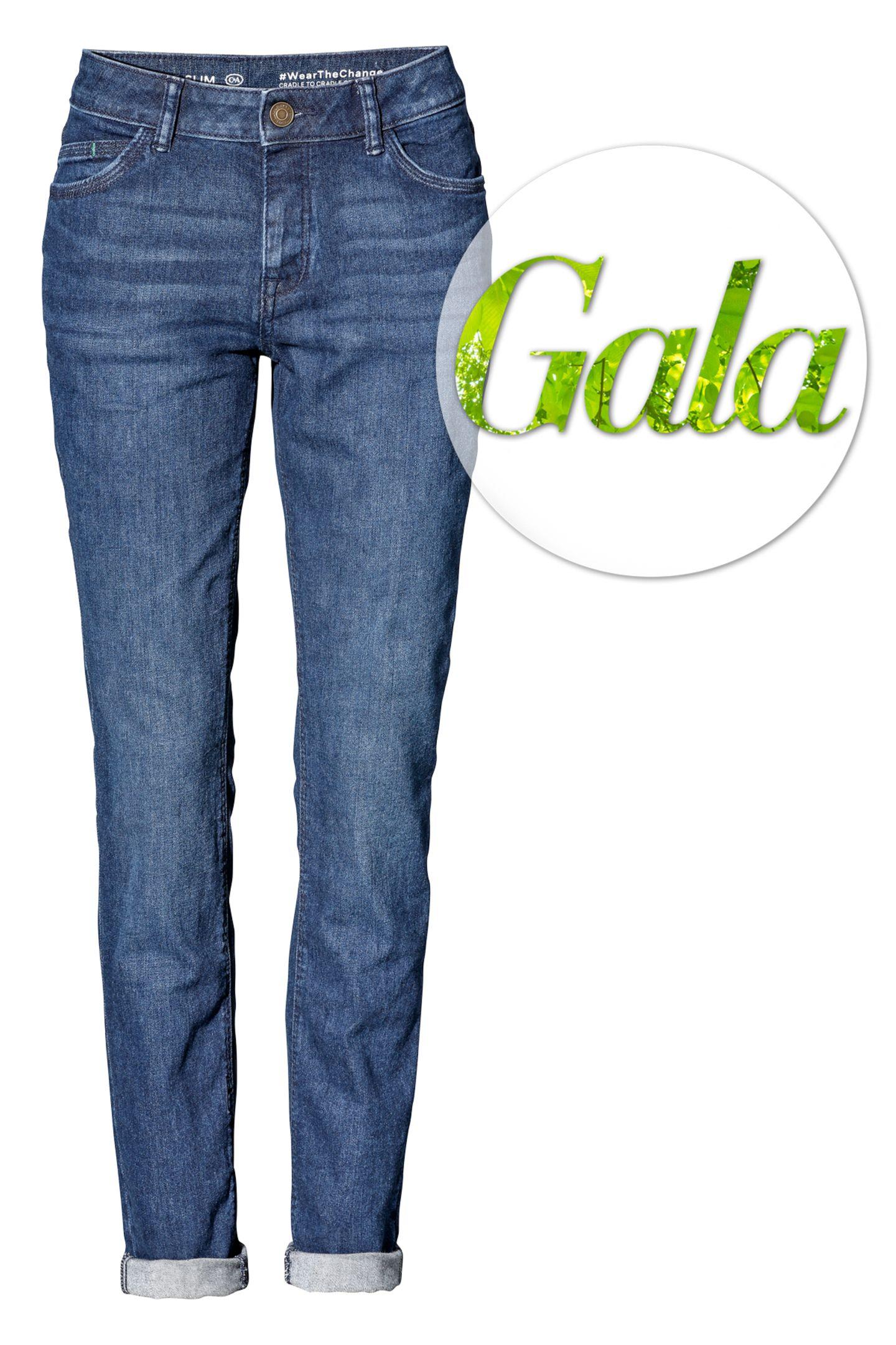 """Shoppen ohne schlechtes Gewissen: C&A präsentiert die """"nachhaltigste Jeans der Welt"""". Jede einzelne Komponente der Hose ist ausnachhaltigen Materialien gefertigt. Der Mode-Einzelhändler möchte damit erreichen, dass nachhaltig produzierte Mode nach und nach zur neuen Norm wird. Da bekommen wir sofort Lust auf ein lässiges Double-Denim-Outfit.Ab sofort exklusiv im Online-Shop von C&A erhältlich für ca. 29 Euro."""