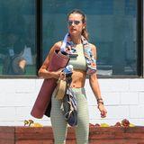 Sportskanone Alessandra Ambrosio macht sich im sonnigen Los Angeles auf dem Weg zum Pilates. Selbst beim Sport schaut das Model stylisch aus.Zu ihrem grünen Zweiteiler, trägt das Model eine pinke Yogamatte.