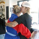 30. Juli 2018  Liebevoll küsst Justin Bieber seine Hailey auf den Kopf.
