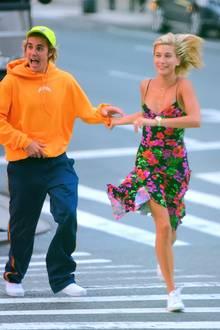 7. August 2018  So schön ist Liebe! Justin und seine Hailey laufen vergnügt durch die Straßen von New York.