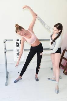 """Martha Hunt wird vonMary Helen Bowers - der Gründerin von Ballett Beautiful -angeleitet. Besonders vor den Schauen von """"Victoria's Secret"""" setzen die Models auf die Hilfe der Ballerina."""