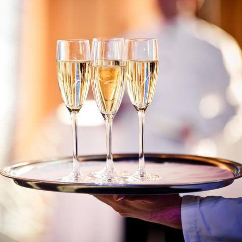 Tolle Geste: Kellnerin erzählt, dass sie drei Jobs hat - Gäste reagieren unfassbar