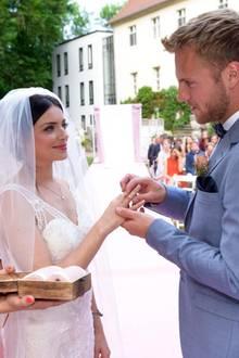 2018: Emily und Paul  Emily und Paul tauschen die Ringe. Trauzeugin Sophie ist immer an Emilys Seite.