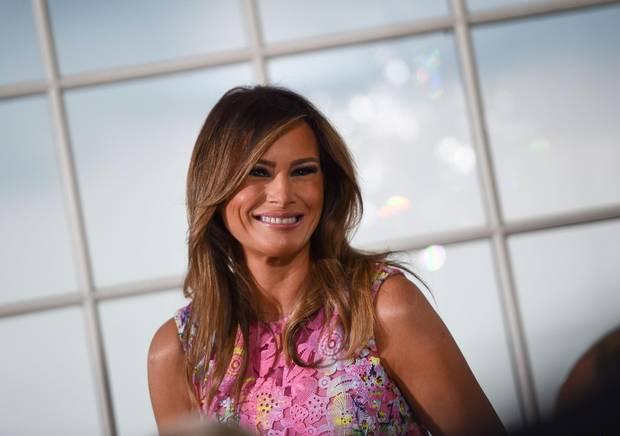 Während eines Dinners in New Jersey strahlt First Lady Melania Trump in einem rosa Kleid mit floralen Spitzenapplikationen. Bei dieser aufwendigen Kreation muss man nicht das ganze Kleid sehen können, um zu merken, dass es ein Designerstück ist, das die Frau von Donald Trump schon mal trug.