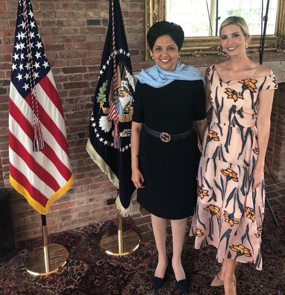 Im Kleid von Roland Mouret macht Ivanka Trump eine bezaubernde Figur à la Meghan Markle. Die Herzogin trägt nämlich auch immer die Entwürfe des französischen Designers.