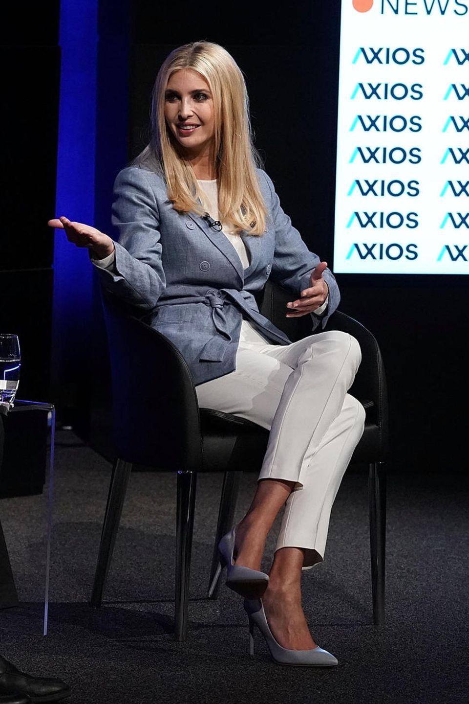 Ein schicker Business-Look besteht bei Ivanka Trump aus einer schlichten Zigarettenhose, hübschen Heels und einem Sakko mit modernem Twist.