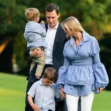 """Auf dem Heimweg ins Weiße Haus sehen die Trump-Kushners fast wie eine ganz normaleFamilie aus. Ivanka ist in einen eleganten """"Mama-Look"""" geschlüpft und hat ihre Bluse bestens zu den süßen Hemden ihrer Söhne abgestimmt. Außerdem hat sie ihre Heels gegen flache Sandletten eingetauscht, sodass sie bequem mit ihnen über den Rasen laufen kann."""