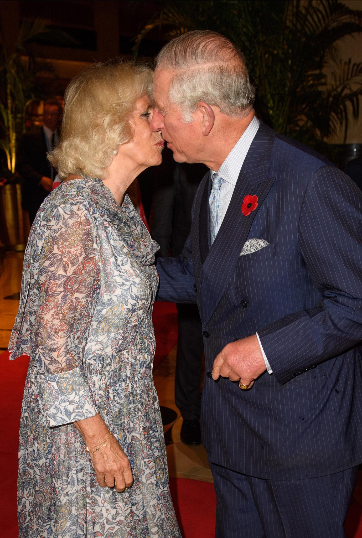 Küsschen! Herzogin Camilla und Prinz Charles zeigen am 30. Oktober 2017 in Singapur, wie gern sie sich haben