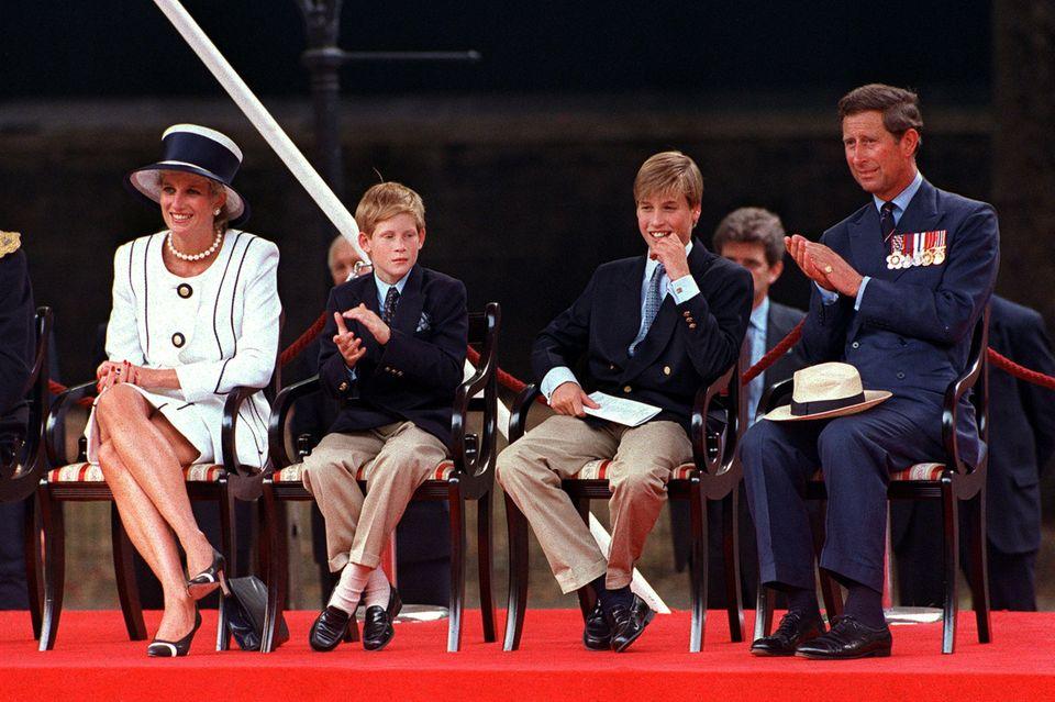 Prinzessin Diana (†) pfeift aufs Protokoll und schlägt bei einem Auftritt mit ihren Kindern und Prinz Charles im August 1994 die Beine übereinander.