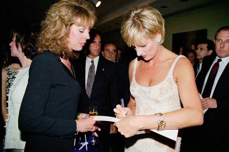 Prinzessin Diana (†) signiert ein Buch bei einer Charity-Event am23. Juni 1997 in New York.