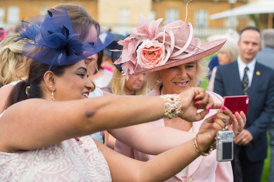 Herzogin Camilla posiert am 12. Mai 2016 für ein Selfie. So oft wie sie tut das kein anderer Royal