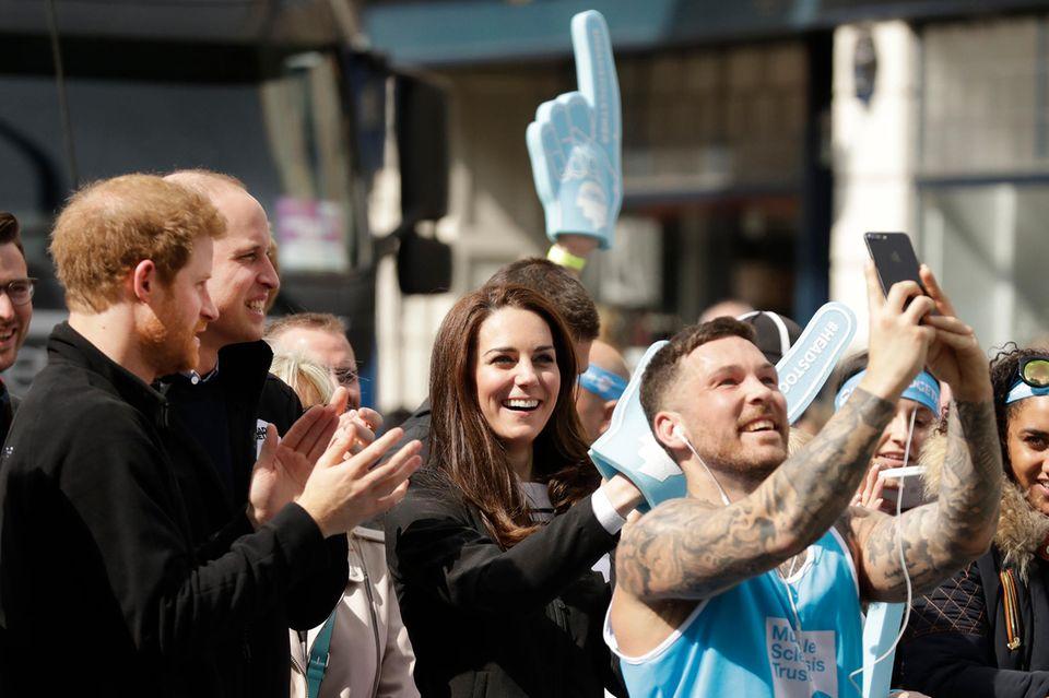 Bitte recht freundlich! Herzogin Catherine lacht in die Kamera eines Teilnehmers des London Marathons am 23. April 2017.