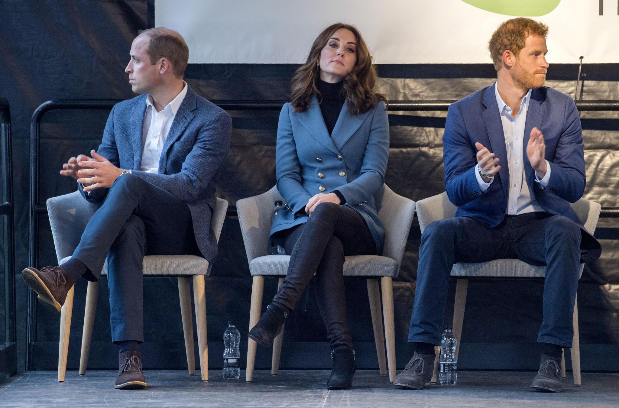 Auch Herzogin Catherine bricht das royale Protokoll. Bei einem Termin in London am 18. Oktober 2017schlägt sie die Beine übereinander.