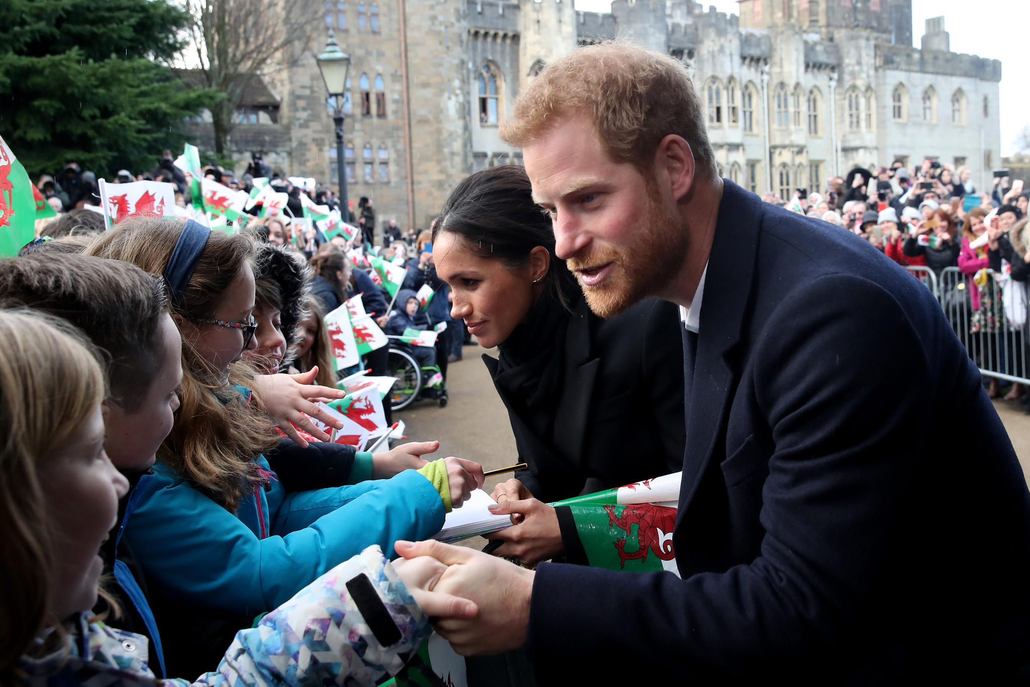 Ein Autogramm von Meghan Markle? Am 18. Januar 2018 gelingt das einen kleinen Royal-Fan bei dem Besuch von Meghan und Harry in Wales