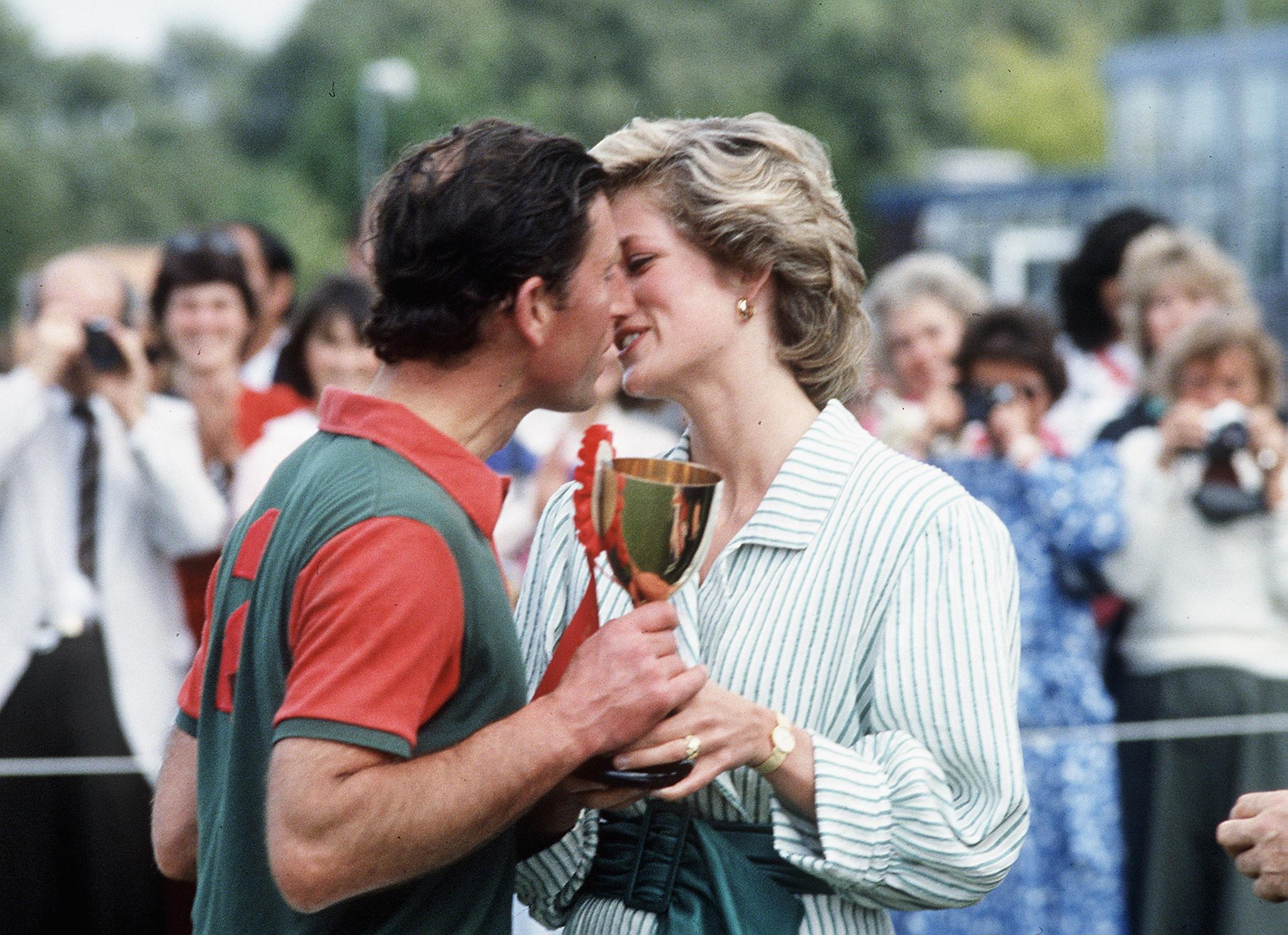 Prinz Charles bekommt nach einem Polo-Match 1985 nicht nur einen Pokal, sondern auch einen Kuss von Ehefrau Diana.