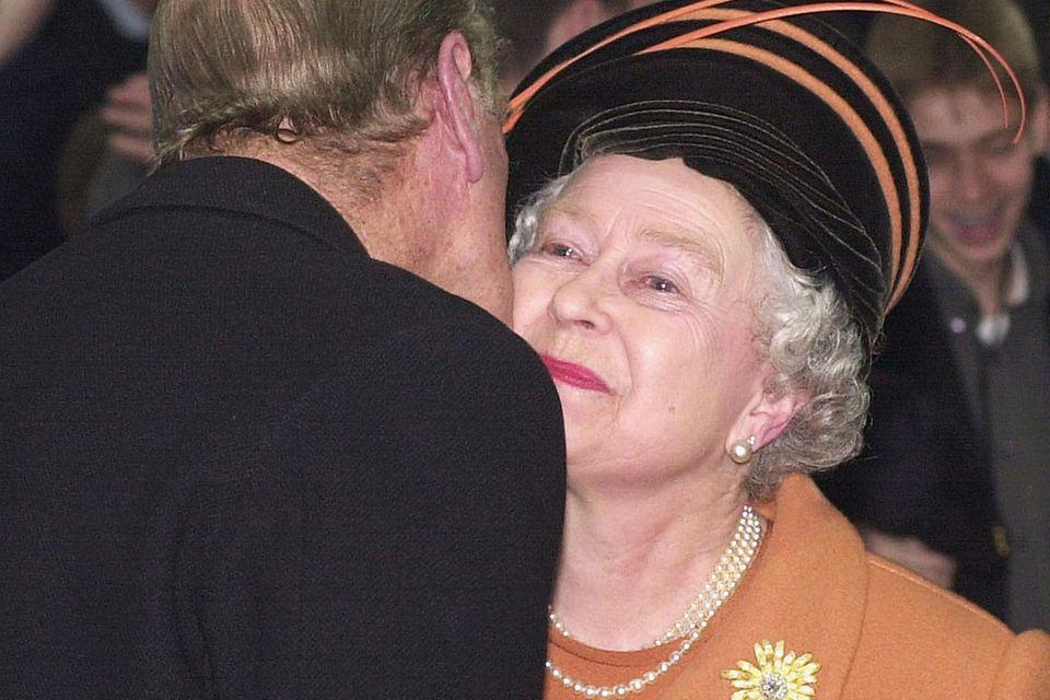 Auch die Queen erlaubt sich mal einen Regelbruch. Hier erlaubt sie ihrem Mann Prinz Philip an Silvester 1999, ihr in der Öffentlichkeit ein Küsschen zu geben.