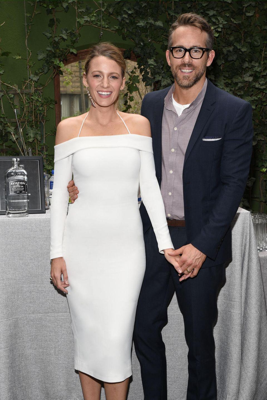 Was für ein Traumpaar! Blake Lively unterstützt ihren Ehemann Ryan Reynolds auf einemEvent seiner neu gegründeten Spirituosen-Firma Aviation Gin in New York. Das schulterfreie, eng geschnittene Kleid vonCushnie et OchsbetontBlakes tolle Silhouette und setzt den Fokus aufSchulterund Knöchel der Schauspielerin.Bei so einer stylischen Ehefrau kann beruflichja eigentlich nichts mehr schiefgehen, oder Ryan?