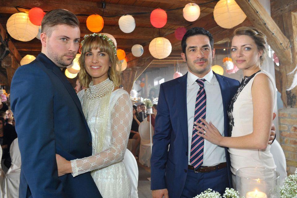 Emily bei ihrer ersten Hochzeit in einem weißen Etuikleid.